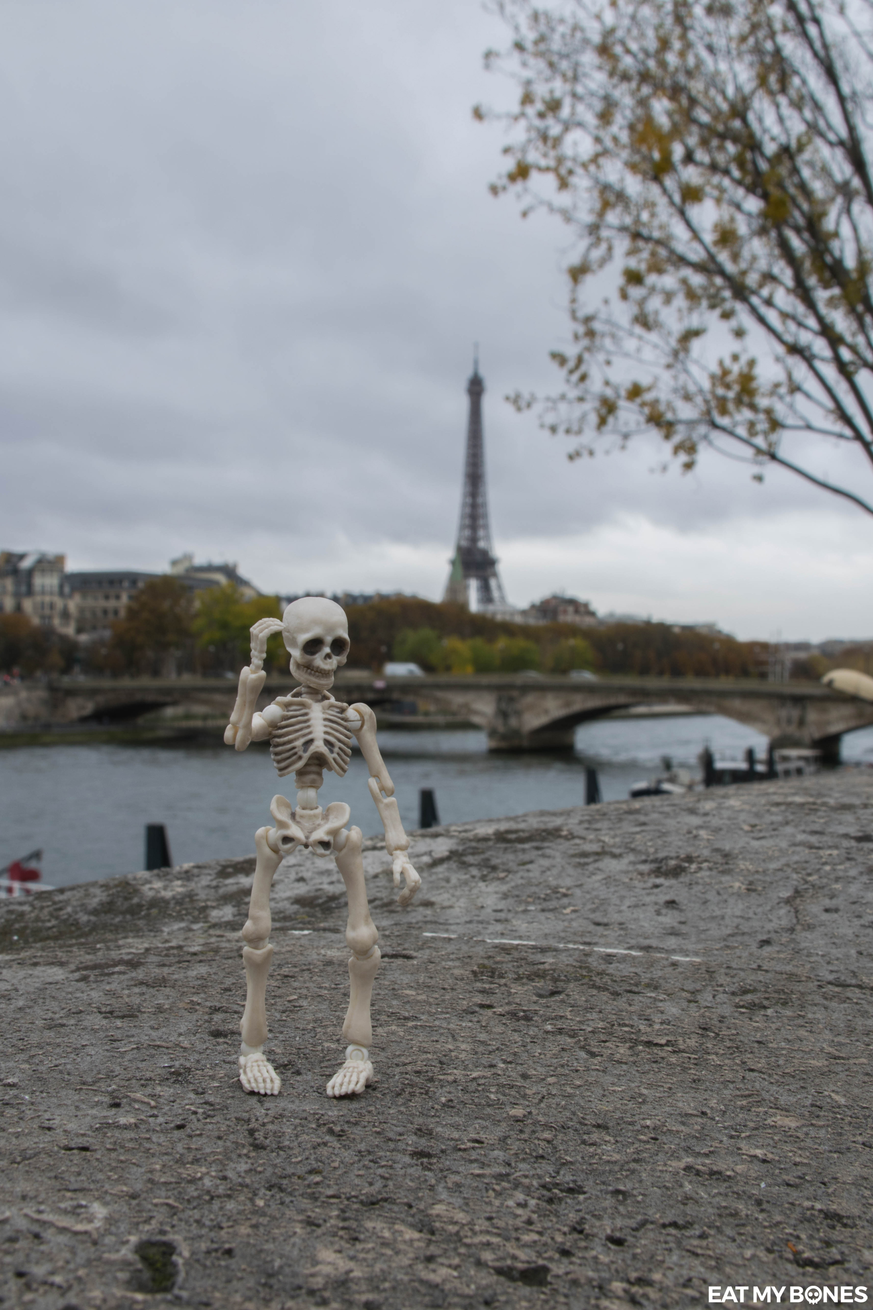 Eat my Bones Pose Skeleton Paris couple