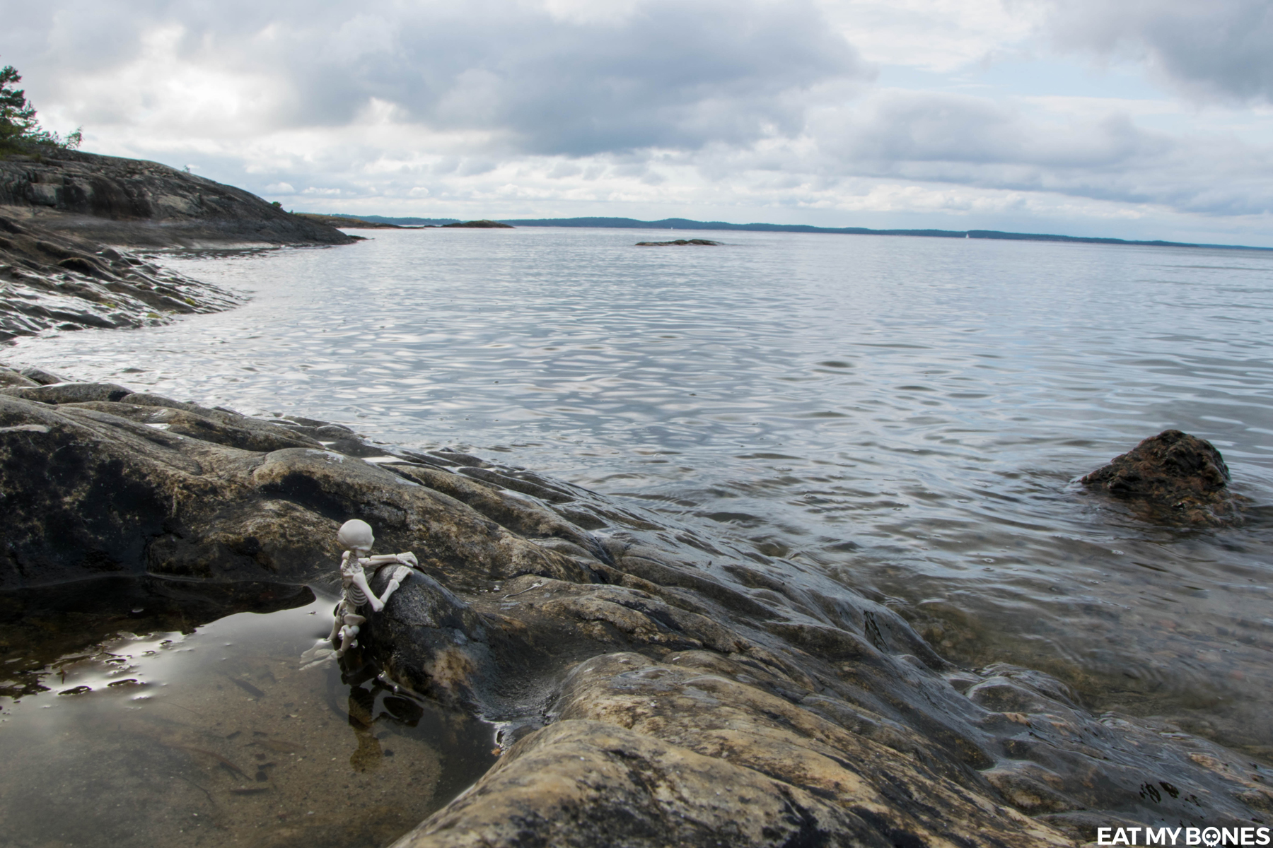 Sweden trip : Seaside Walk - Pose Skeleton - Toy photography - Miniature - Eat my Bones