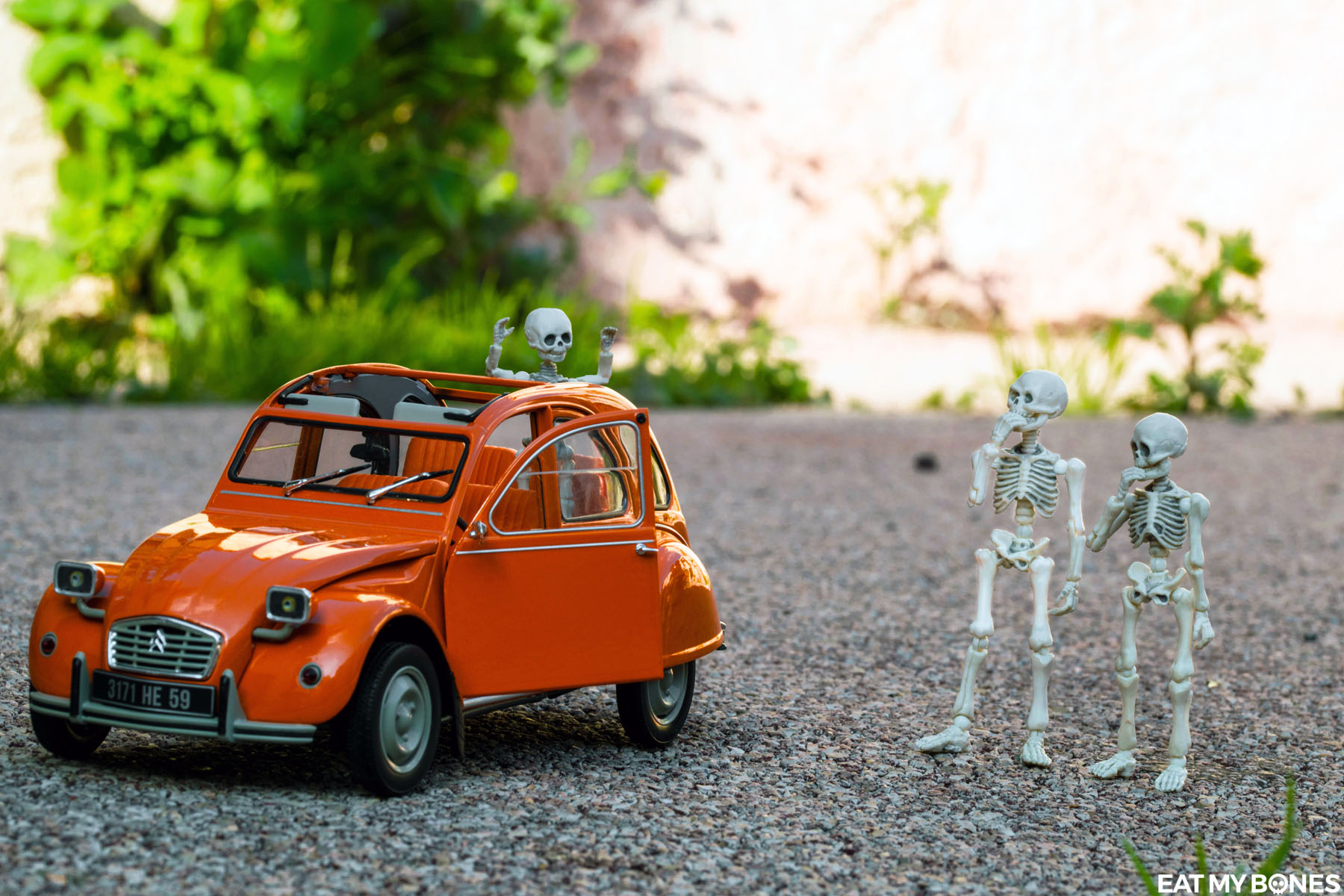 New car : Citroën 2CV - Pose Skeleton - Toy photography - Miniature - Eat my Bones