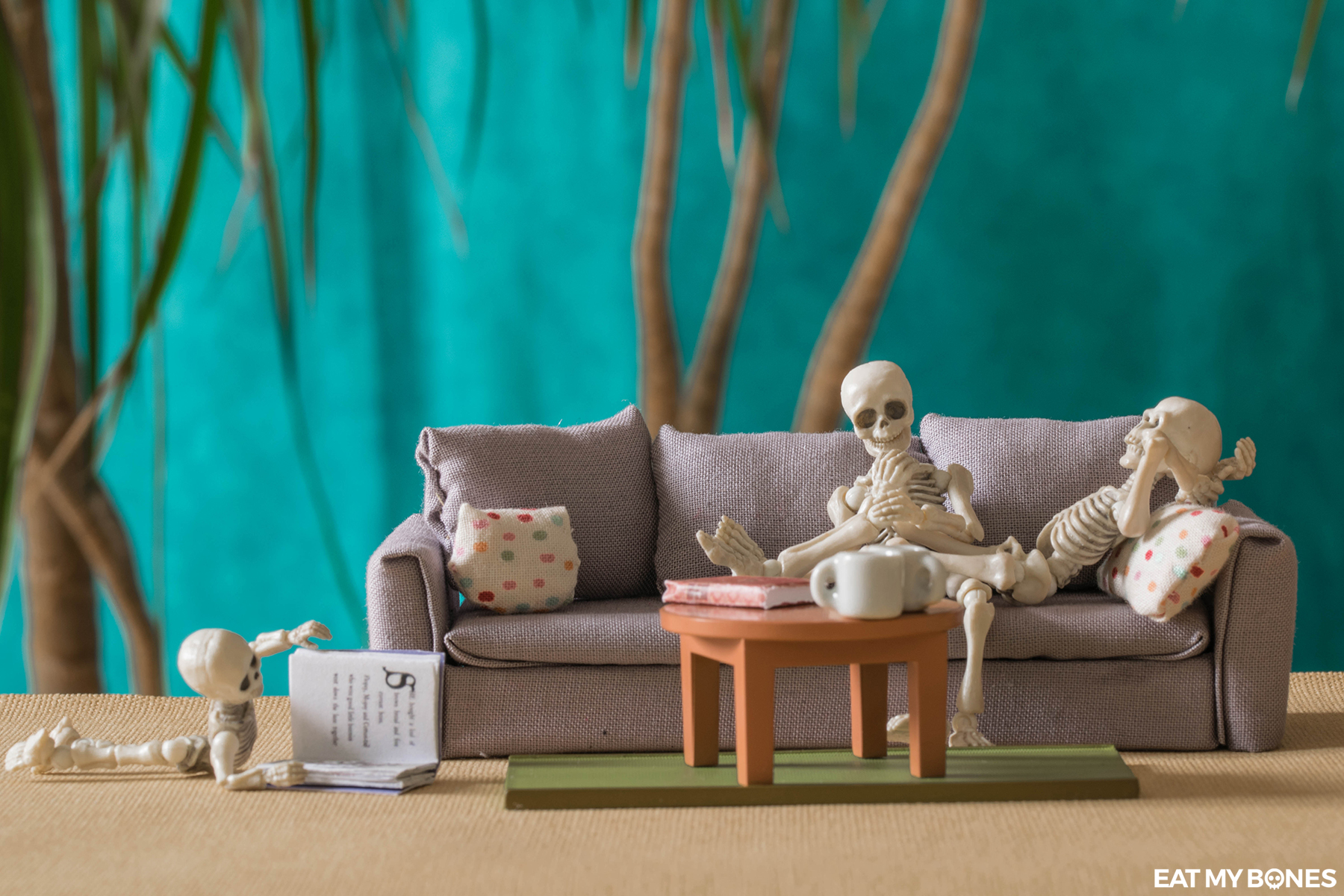 A couch for the skeleton family - Pose Skeleton - Toy photography - Miniature - Eat my Bones