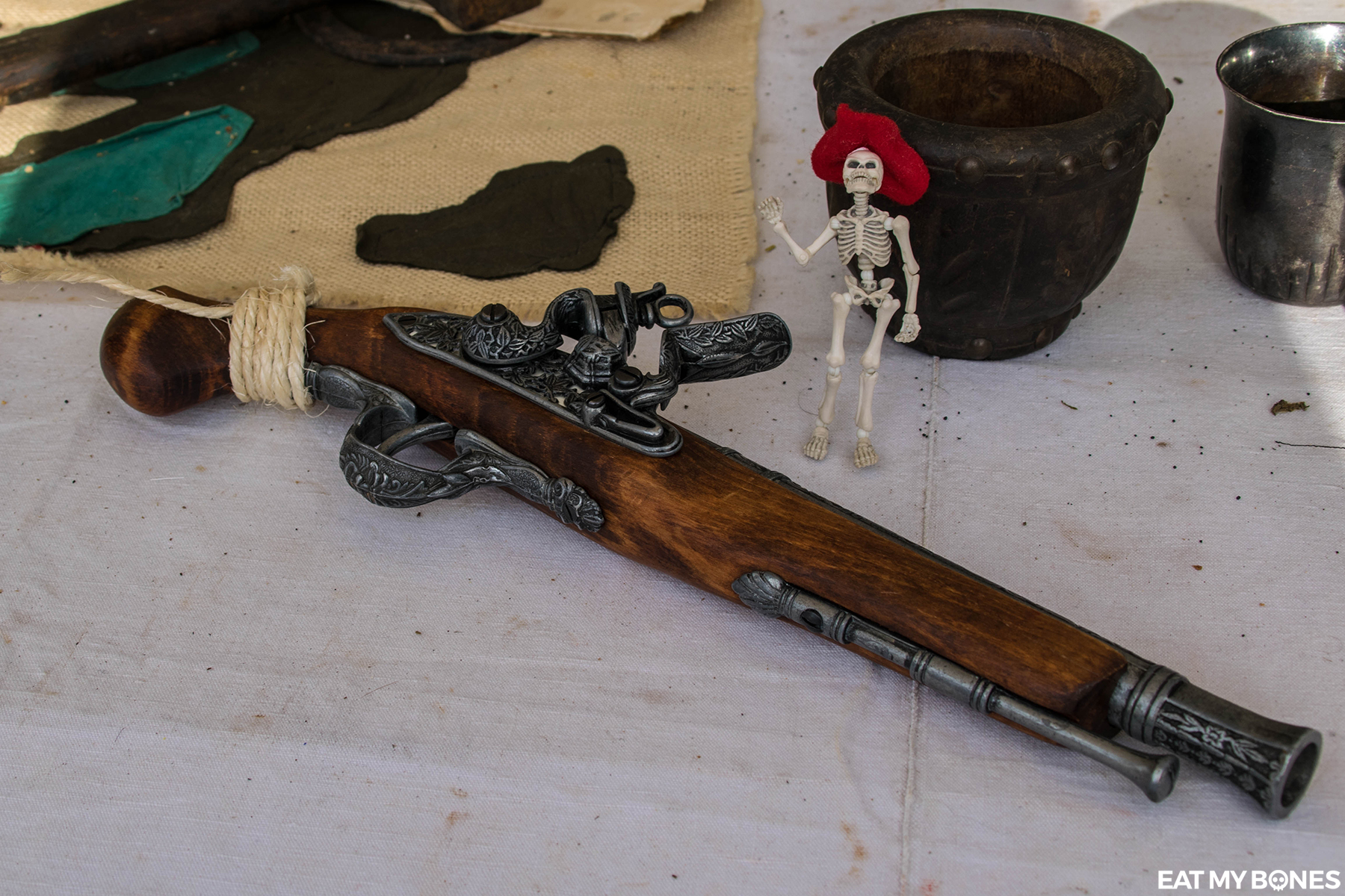 Pirate Larp - Pose Skeleton - Toy photography - Miniature - Eat my Bones