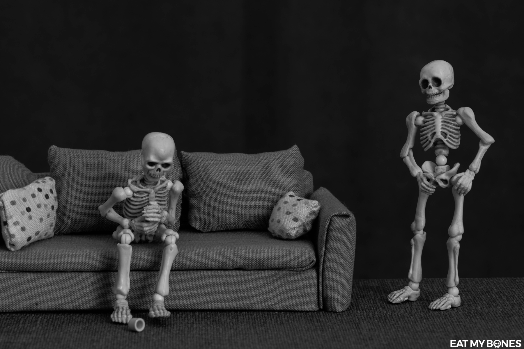 Story : a poisoned evening - Pose Skeleton - Toy photography - Miniature - Eat my Bones