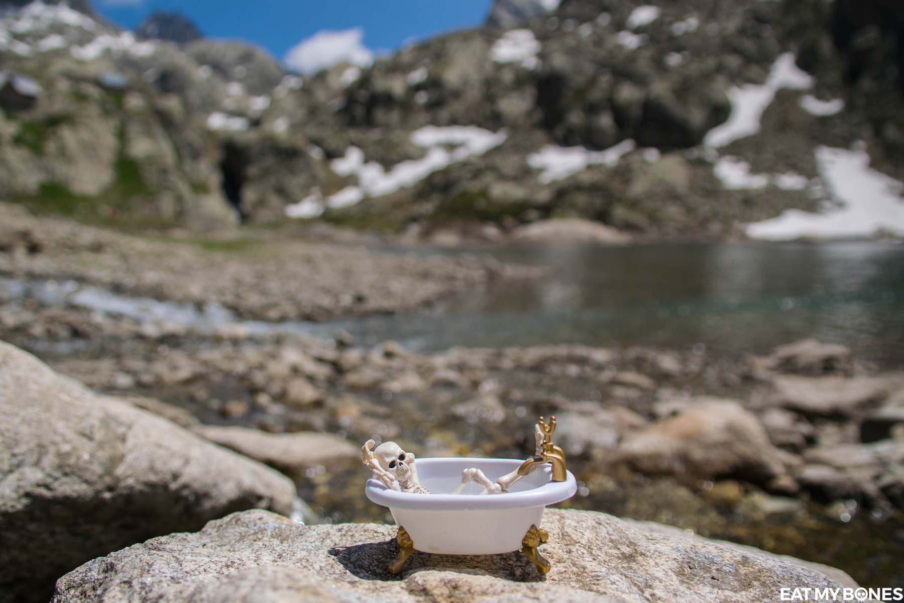 Bath in the Mercantour - Pose Skeleton - Toy photography - Miniature - Eat my Bones