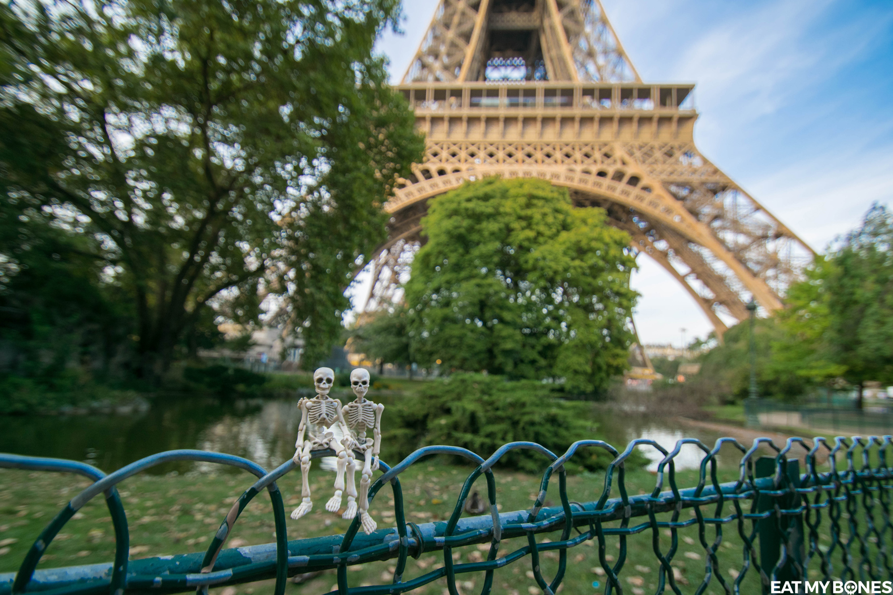 Eiffel Tower Paris - Pose Skeleton - Toy photography - Miniature - Eat my Bones