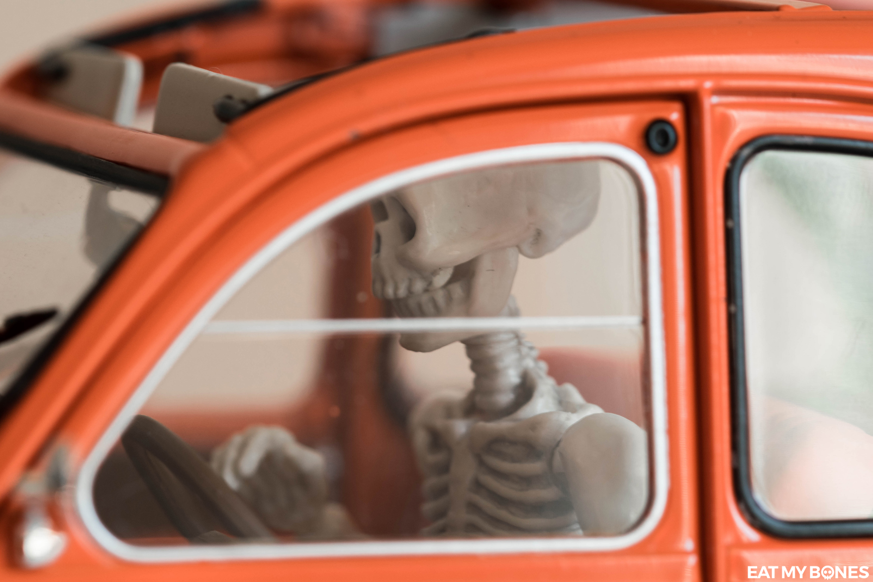 Citroën 2CV - Pose Skeleton - Toy photography - Miniature - Eat my Bones