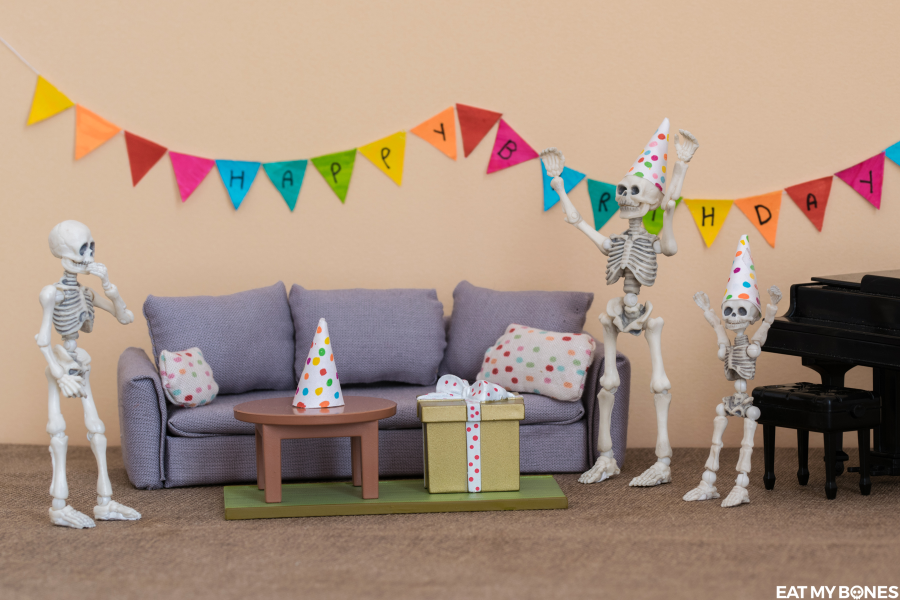 Rebecca's birthday party - Pose Skeleton - Toy photography - Miniature - Eat my Bones